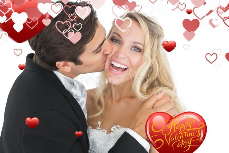 Imagem composta do noivo considerável que beija sua esposa em seu mordente ilustração stock