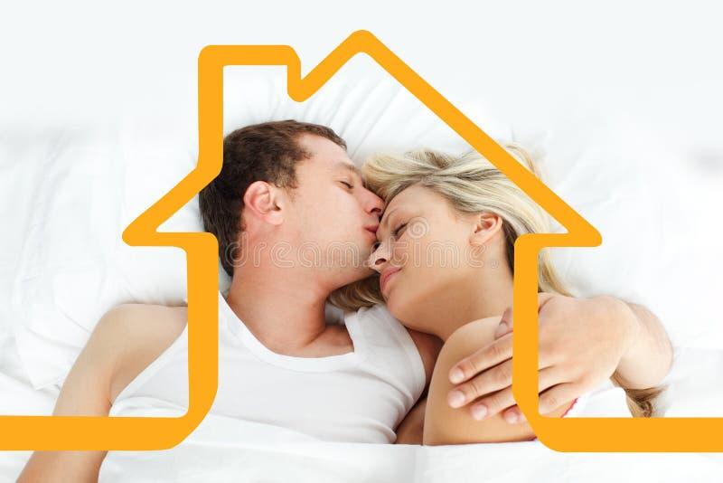Imagem composta do noivo que beija sua amiga na cama ilustração stock