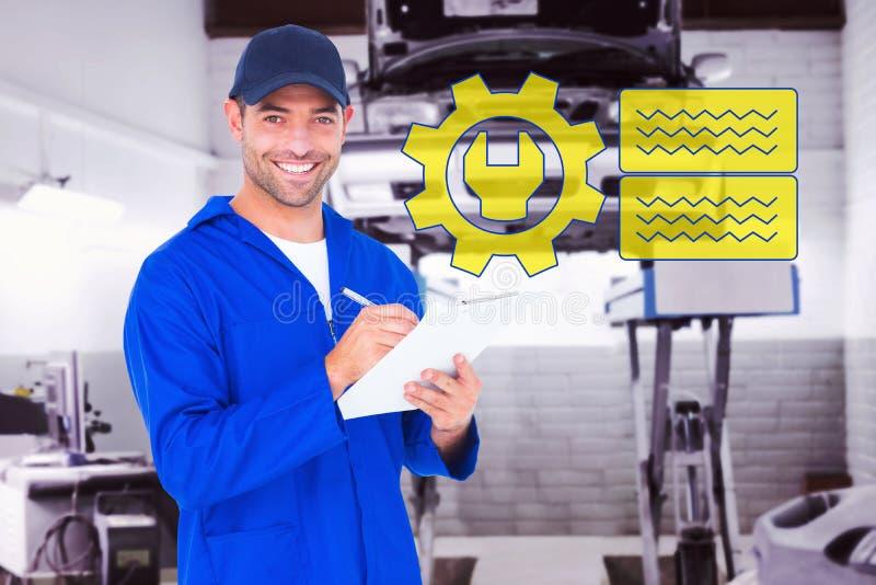 Imagem composta do retrato da escrita masculina feliz do mecânico na prancheta imagens de stock royalty free