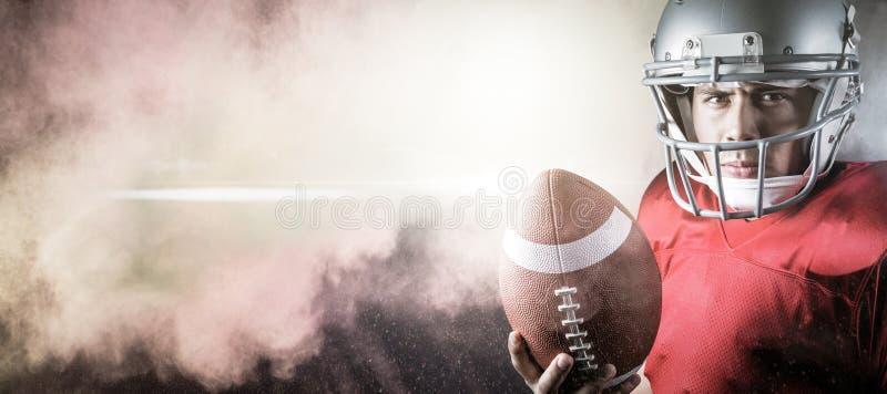 Imagem composta do retrato de jogador de futebol americano determinado com bola imagens de stock