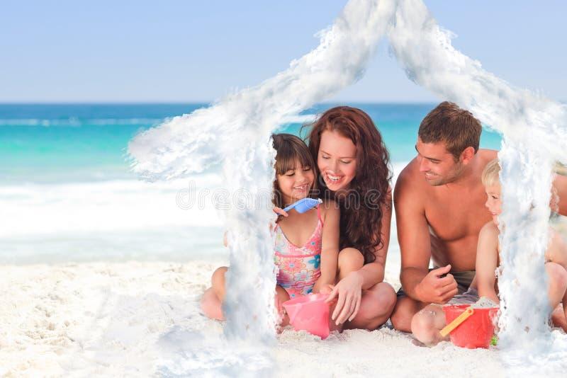 Imagem composta do retrato de uma família na praia ilustração royalty free
