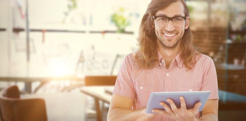 Imagem composta do retrato do moderno feliz que usa a tabuleta digital fotos de stock