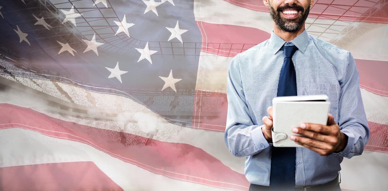 Imagem composta do retrato do homem de negócios de sorriso que usa o tablet pc imagens de stock