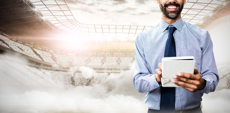 Imagem composta do retrato do homem de negócios de sorriso que usa o tablet pc imagem de stock royalty free