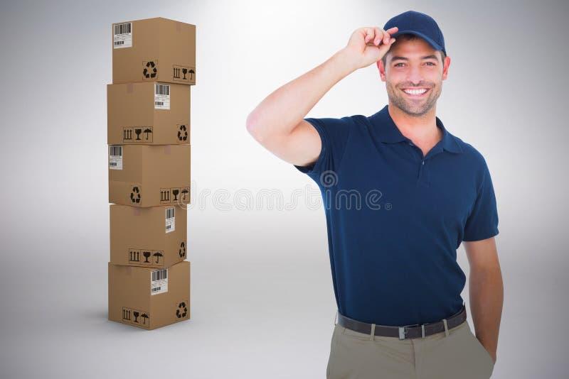 Imagem composta do retrato do tamp?o vestindo feliz do homem de entrega imagem de stock royalty free