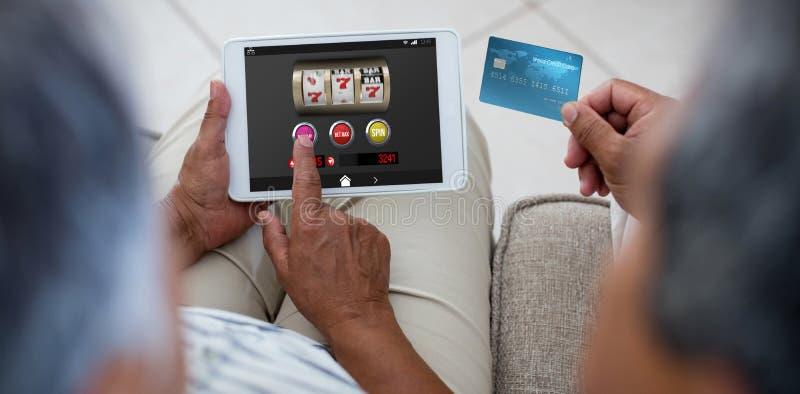 Imagem composta do slot machine com ícones na exposição móvel imagem de stock