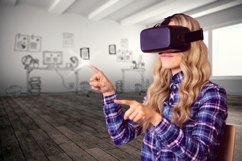 Imagem composta do trabalhador consideravelmente ocasional que usa a falha do oculus foto de stock