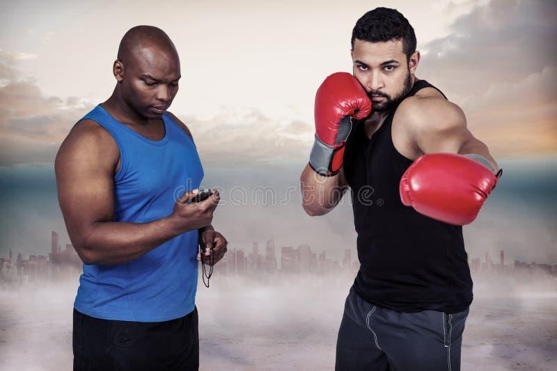 Imagem composta do treinador do encaixotamento com seu lutador fotografia de stock