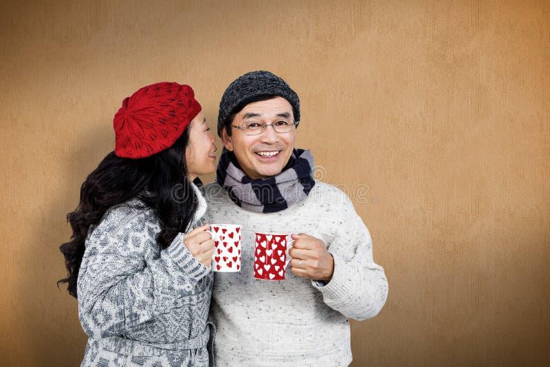Imagem composta dos pares asiáticos mais velhos que têm bebidas quentes fotos de stock royalty free