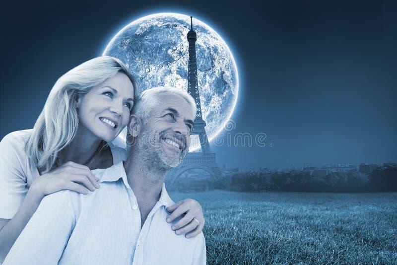 Imagem composta dos pares de sorriso que abraçam e que olham imagens de stock