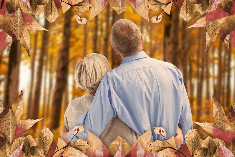 Imagem composta dos pares maduros que abraçam e que olham foto de stock royalty free