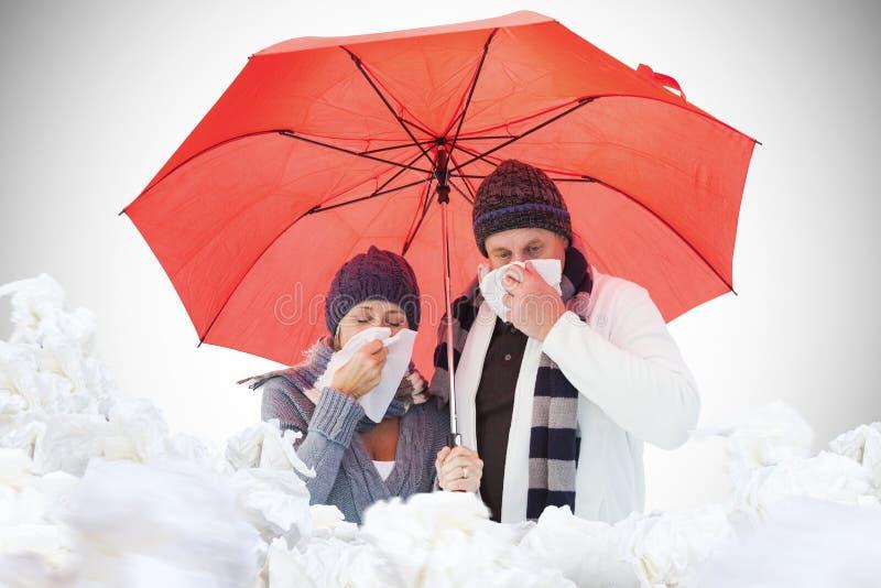 Imagem composta dos pares maduros que fundem seus narizes sob o guarda-chuva foto de stock royalty free