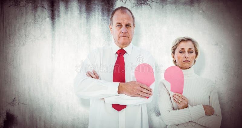 Imagem composta dos pares mais velhos que estão guardando o coração cor-de-rosa quebrado ilustração do vetor