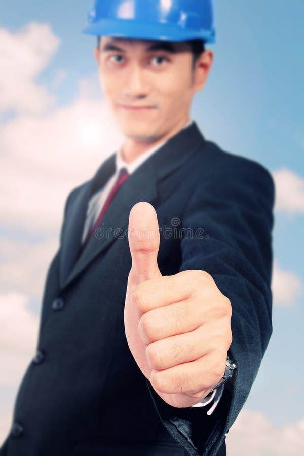 Imagem conceptual da confiança e da segurança Arquiteto com polegar acima fotos de stock royalty free