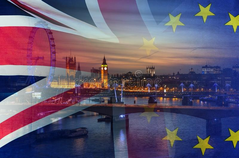 A imagem conceptual de BREXIT da imagem de Londres e as bandeiras do Reino Unido e da UE cobriram a simbolização do acordo e do n fotografia de stock