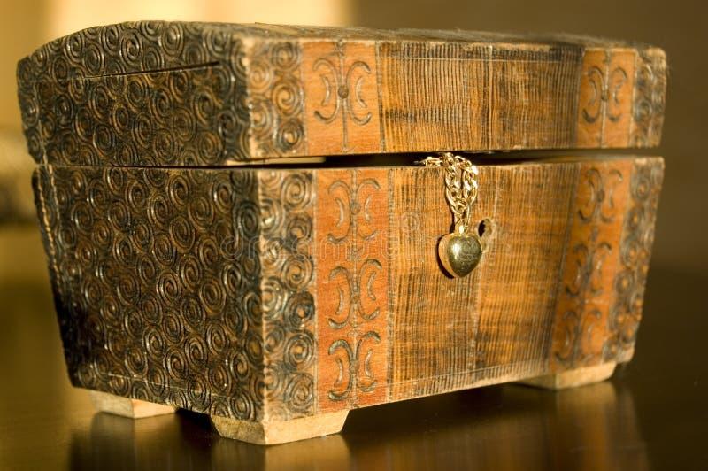 Imagem conceptual decorada do caixão e da colar. fotos de stock royalty free