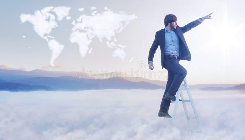 Imagem conceptual do homem de negócios sobre o mapa do mundo da nuvem fotografia de stock