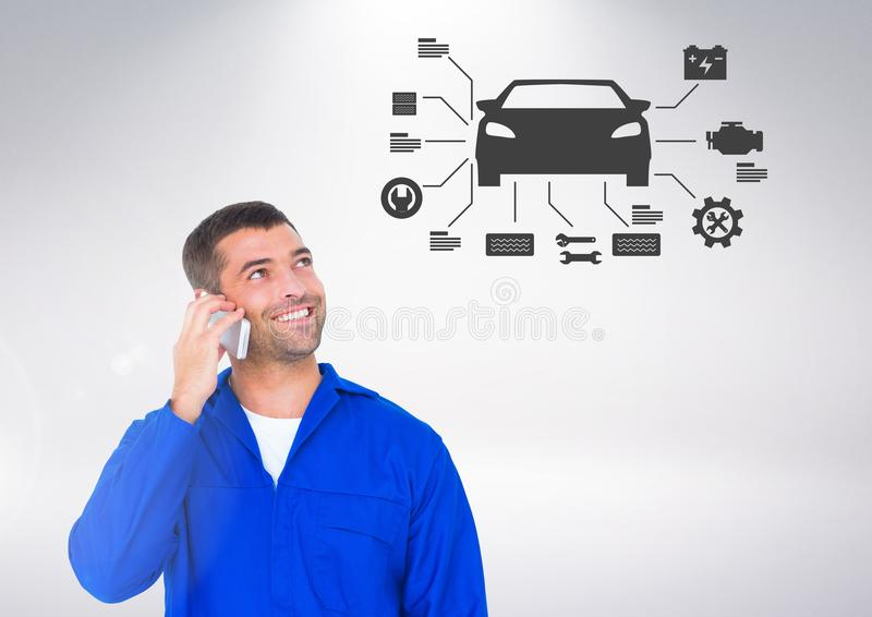 Imagem conceptual do mecânico que fala no telefone celular ao olhar o sinal do carro foto de stock