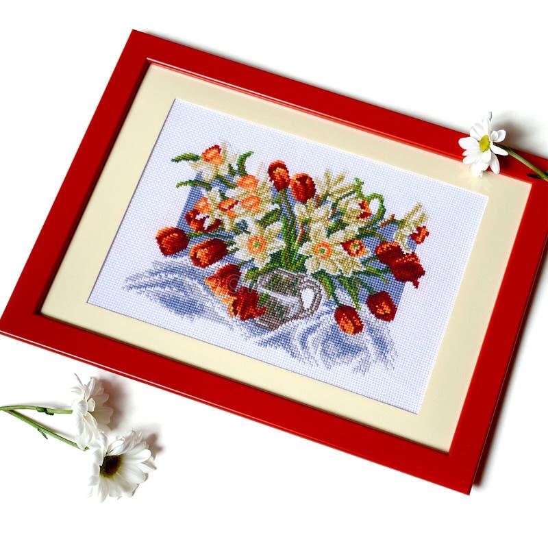 Imagem costurada transversal com tulipas e narcisos amarelos no jarro isolate imagens de stock royalty free