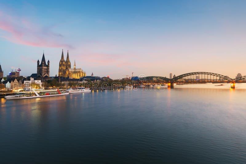 Imagem da água de Colônia com a catedral da água de Colônia com Rhine River e Hoh fotos de stock