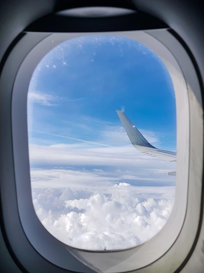 Imagem da asa do avião, céu nebuloso da vigia imagens de stock royalty free
