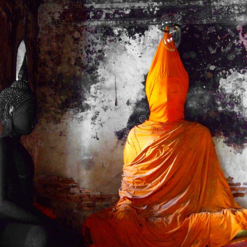 Imagem da Buda coberta com um pano ao ser reparado fotos de stock royalty free