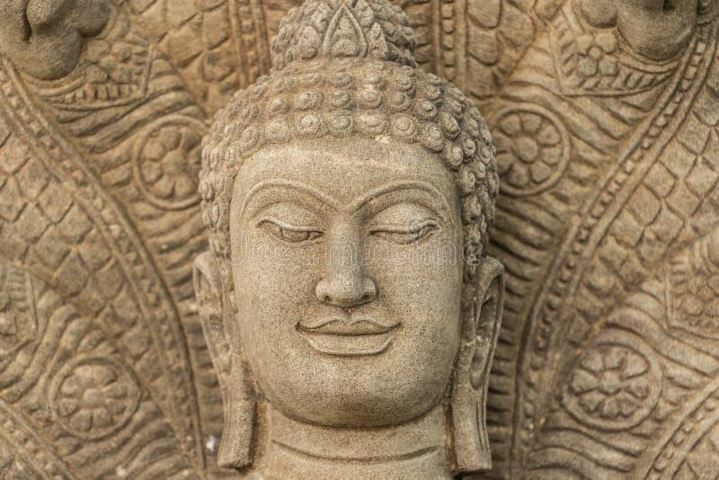 A imagem da Buda do arenito em centenas do país de Tailândia de anos envelhece imagens de stock