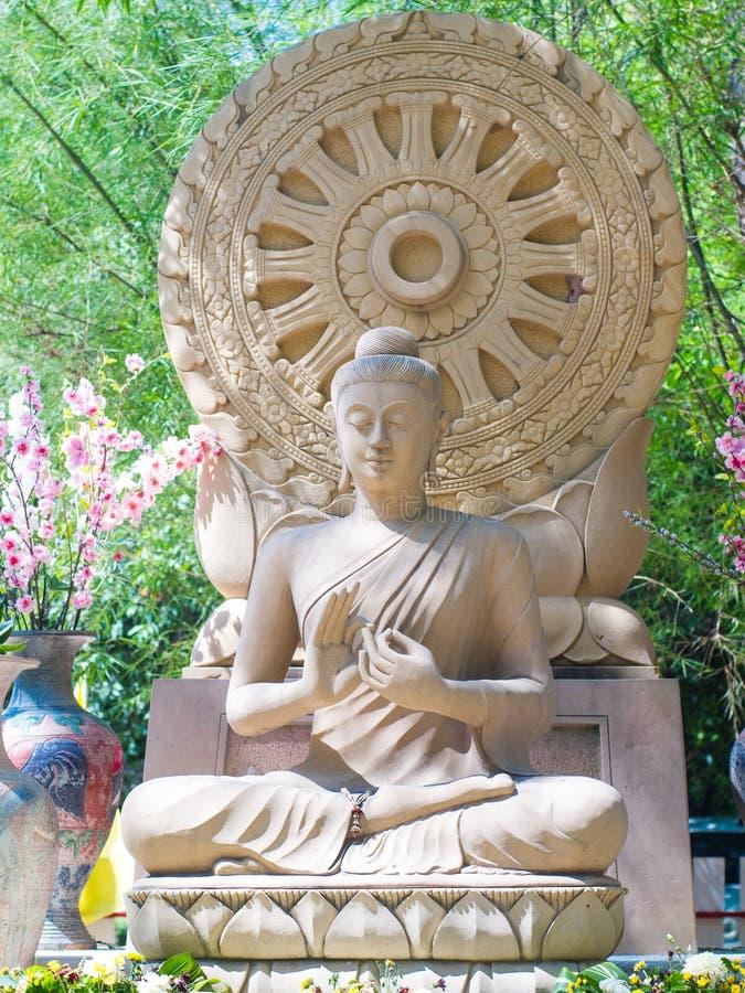 Imagem da Buda do arenito que senta Dharmacakra dianteiro fotos de stock