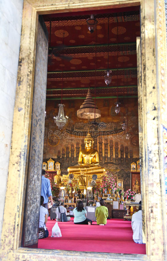 Imagem da Buda do princípio através de uma porta do templo fotografia de stock royalty free