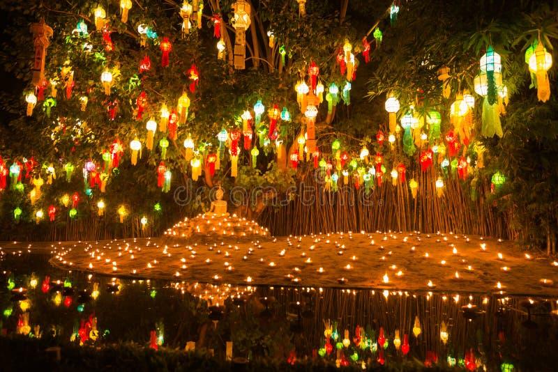 Imagem da Buda em lanternas leves da vela imagens de stock