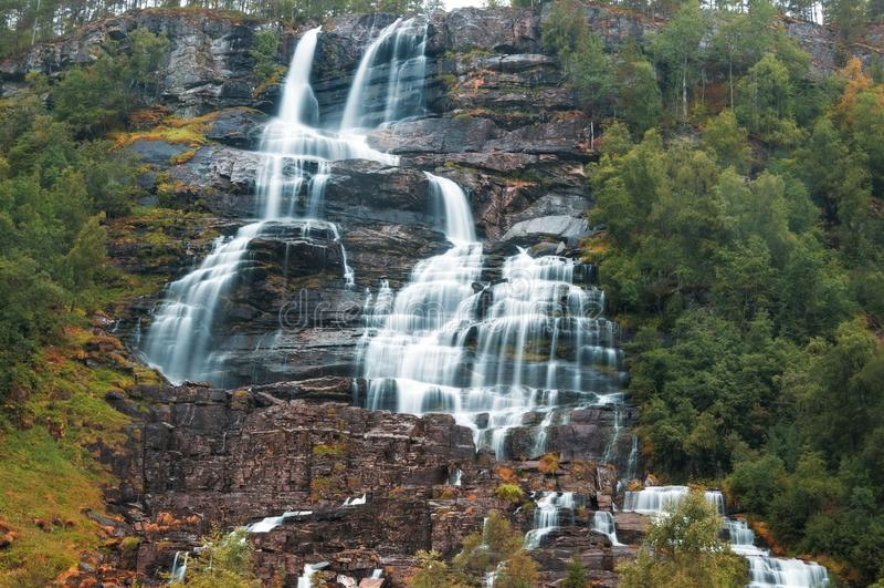Imagem da cachoeira bonita de Tvindefossen noruega fotos de stock royalty free