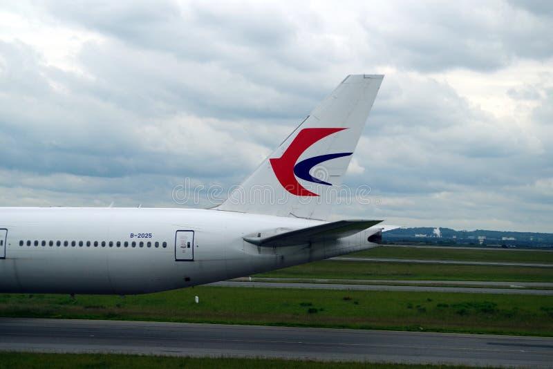 Imagem da cauda plana oriental de China onde você pode ver o logotipo da linha aérea e um número de registro original fotografia de stock