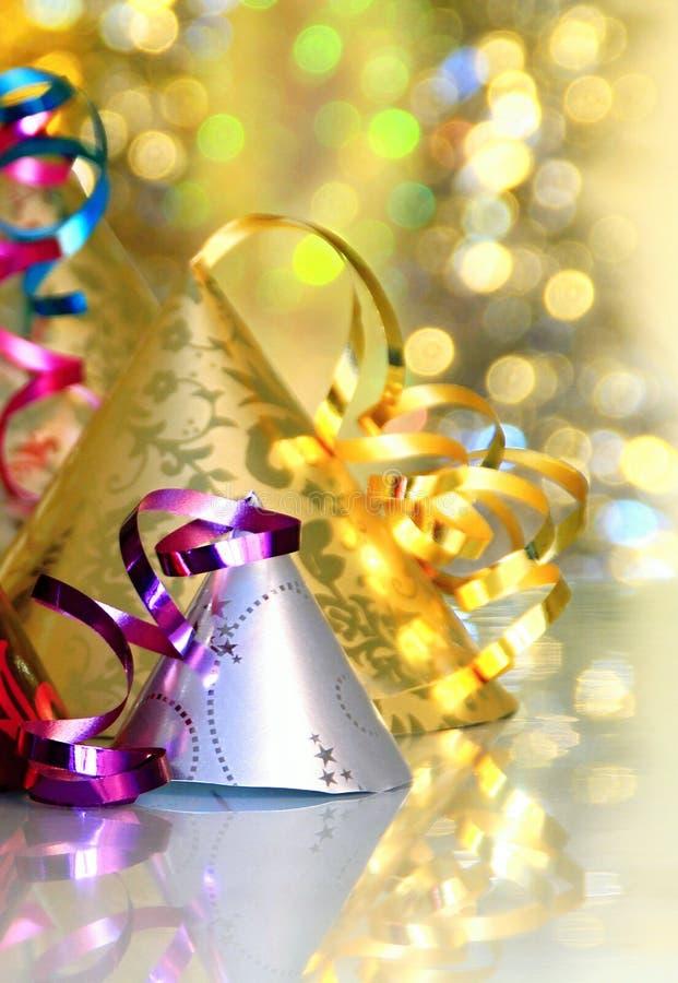 Imagem da celebração da véspera de anos novos com chapéus em um tampo da mesa brilhante imagens de stock