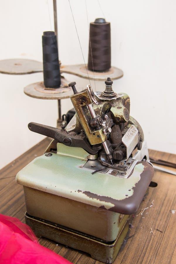 Imagem da costureira que trabalha na máquina de costura imagens de stock royalty free