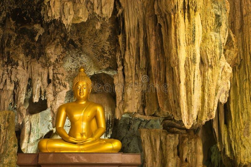 Imagem da estátua de buddha na caverna foto de stock royalty free