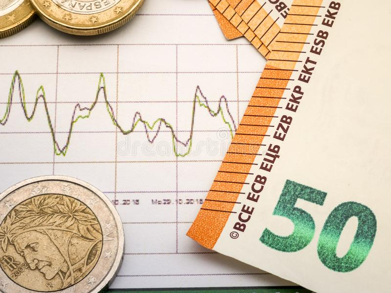 Imagem da estratégia de investimento do dinheiro com moedas e contas do euro fotos de stock royalty free