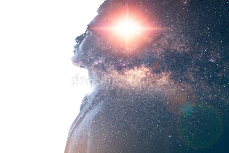 A imagem da exposição dobro da folha de prova de pensamento do homem de negócios com imagem da galáxia da Via Látea o conceito da fotografia de stock royalty free