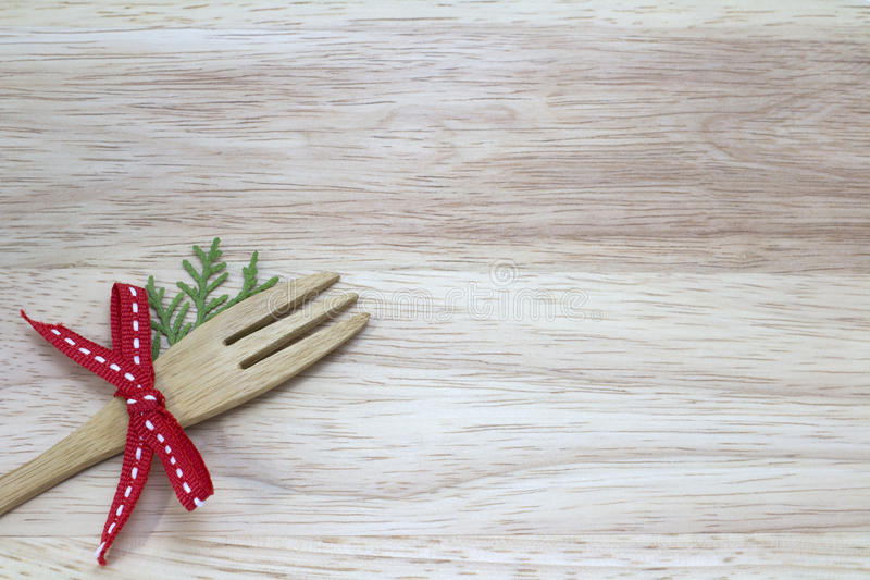 Imagem da forquilha com a fita vermelha com fundo de madeira imagens de stock