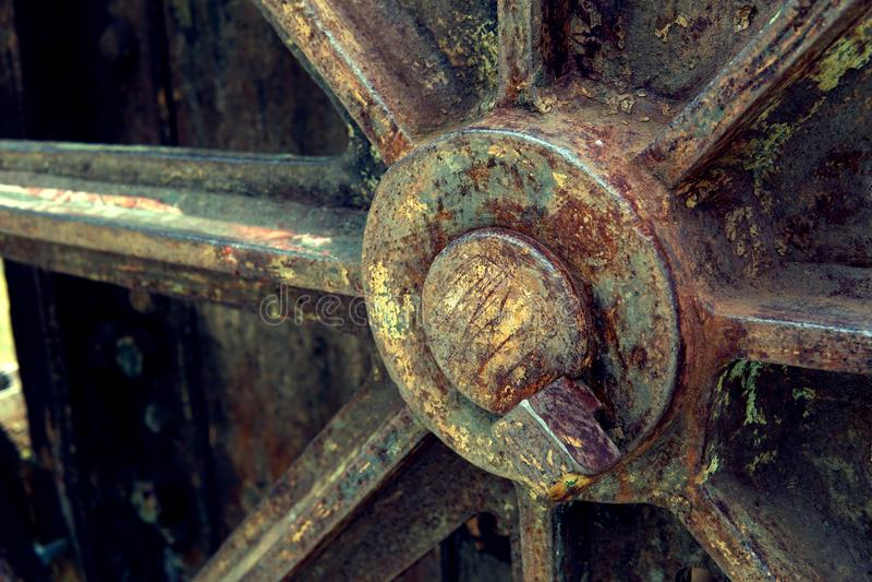 Imagem da grão: Feche acima da fábrica de máquina velha feita do aço e usada na máquina quebrada e rústica passada deixada sobre  fotografia de stock