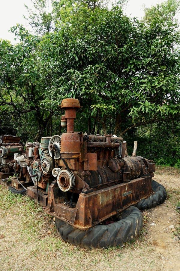 Imagem da grão: Feche acima da fábrica de máquina velha feita do aço e usada na máquina quebrada e rústica passada deixada sobre  fotos de stock