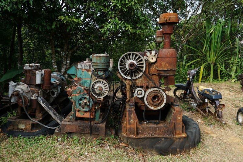 Imagem da grão: Feche acima da fábrica de máquina velha feita do aço e usada na máquina quebrada e rústica passada deixada sobre  imagem de stock royalty free