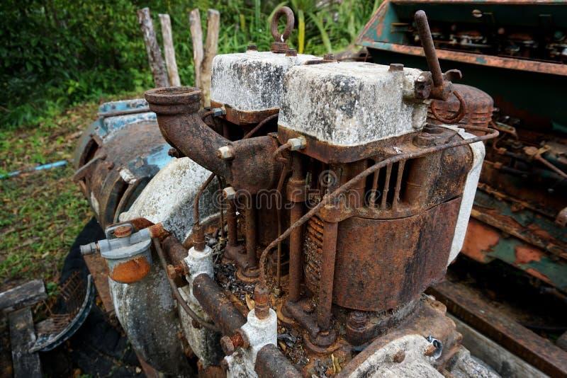 Imagem da grão: Feche acima da fábrica de máquina velha feita do aço e usada na máquina quebrada e rústica passada deixada sobre  foto de stock royalty free