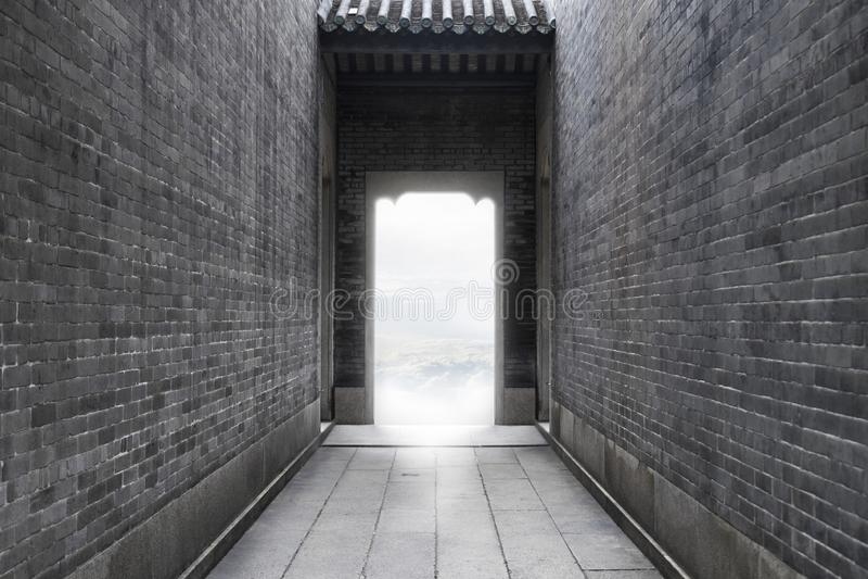 Imagem da ideia do conceito - trajeto ao sucesso da luz para a liberdade ao sucesso na extremidade do túnel da parede de tijolo d imagem de stock