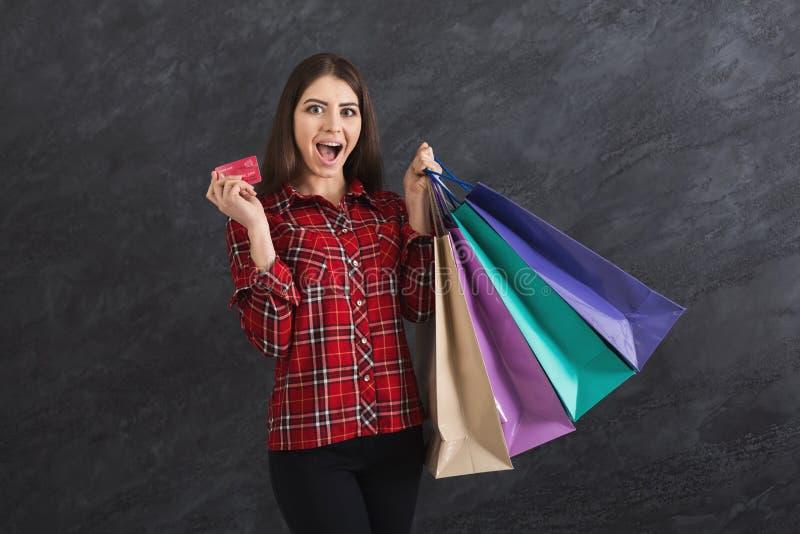 Imagem da jovem mulher com sacos de compras foto de stock royalty free