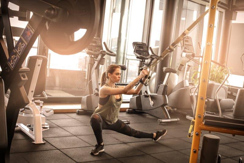 Imagem da jovem mulher no gym fotos de stock royalty free