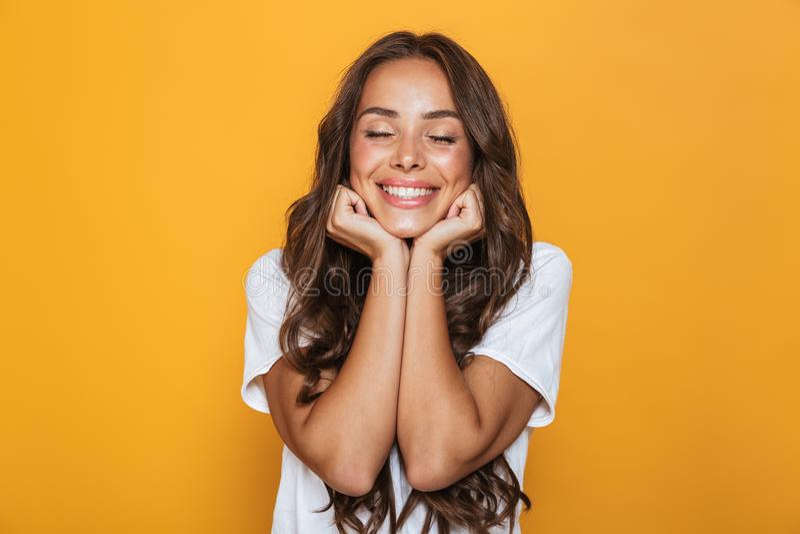 Imagem da jovem mulher positiva 20s com riso do cabelo e PR longos imagens de stock
