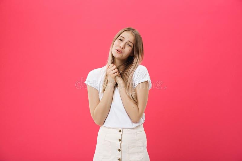 Imagem da jovem mulher que reza no fundo cor-de-rosa isolado imagens de stock royalty free