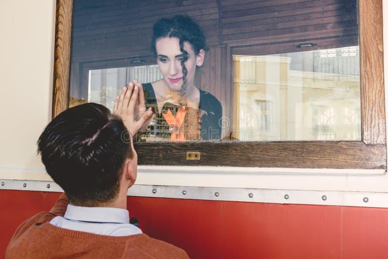 Imagem da jovem mulher triste que acena no trem de vagão ou no bonde fotografia de stock