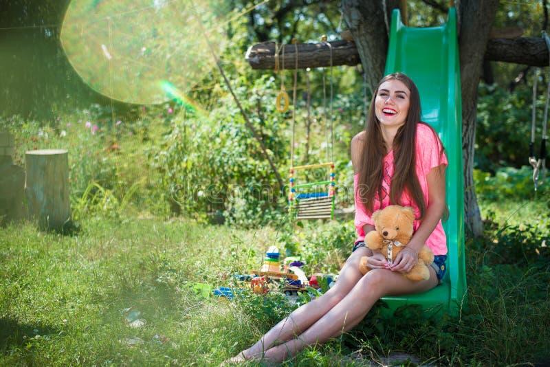 Imagem da jovem senhora bonita que tem o divertimento foto de stock