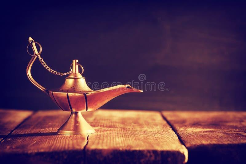 Imagem da lâmpada de aladdin mágica Lâmpada dos desejos fotografia de stock